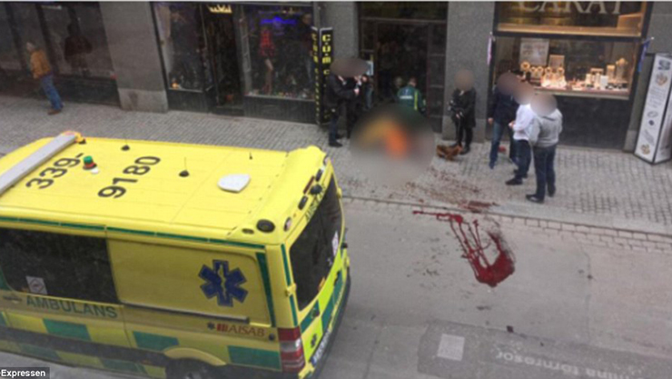 3F0BA1F000000578-4390436-Blood_was_seen_on_the_streets_outside_of_the_shopping_centre_whe-a-49_1491574312116