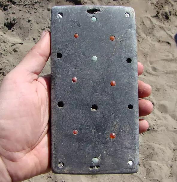 کشف آیفون ۲۱۰۰ ساله در یک قبر قدیمی!