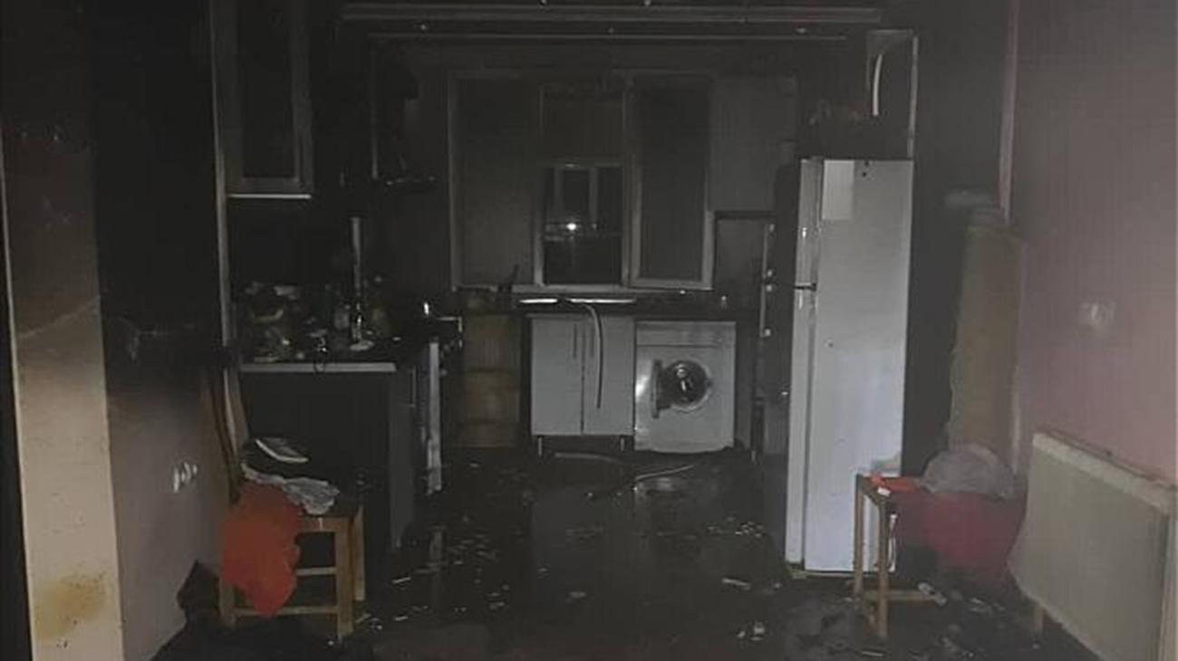نجات زن 50 ساله اسیر در آتش خانه خود