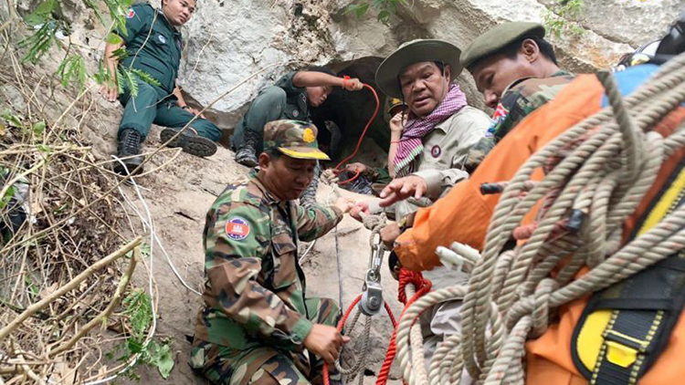 مرد- کامبوجی- صخره