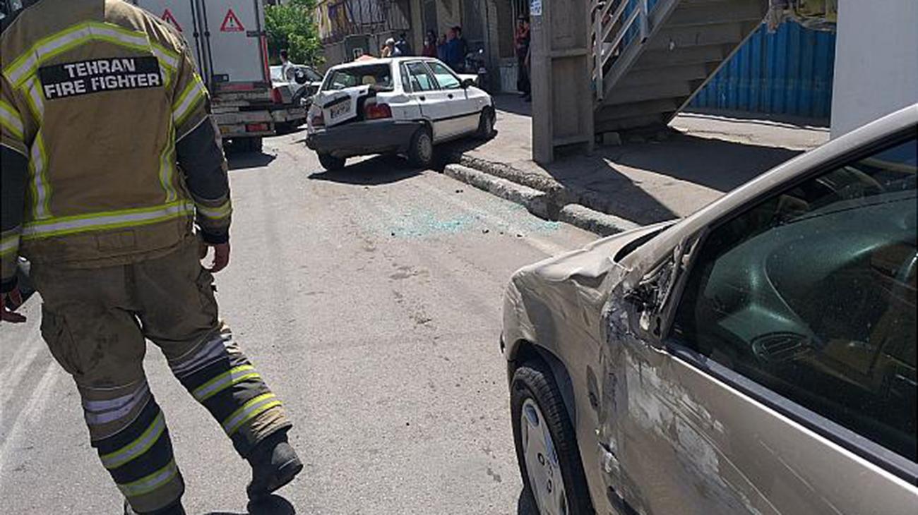تصادف کامیونت با پنج وسیله نقلیه در بزرگراه فتح