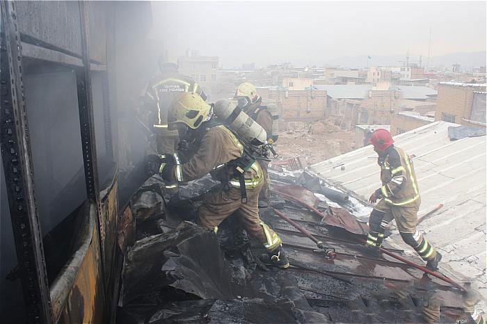 مهار آتش در انبار اسباب بازی در بازار تهران