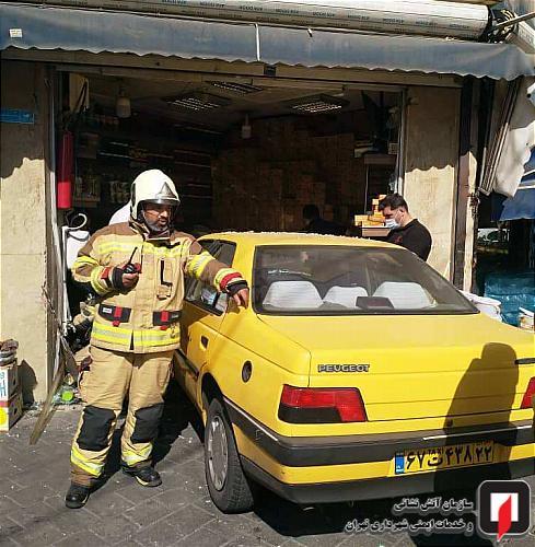 ورود ناگهانی خودرو به داخل مغازه