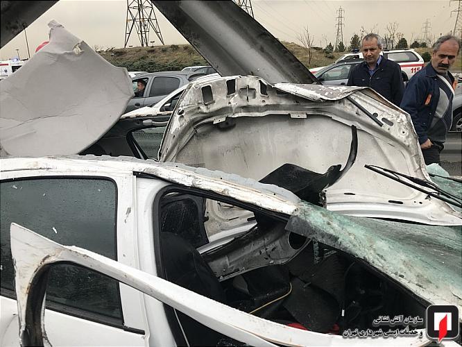 مصدومیت دو سرنشین در برخورد خودرو با گاردریل