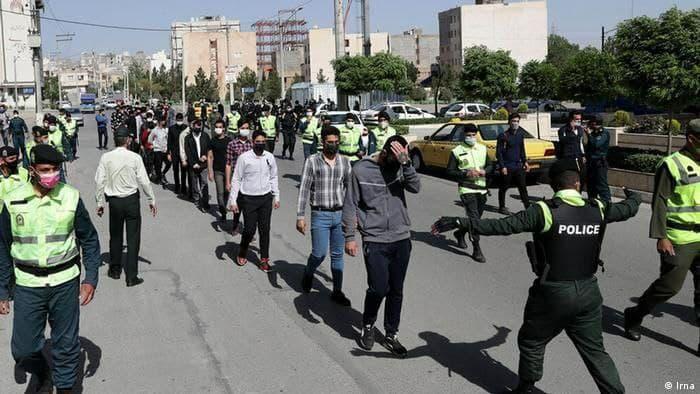 گرداندن متهمان حوادث چهارشنبهسوری در خیابان در مشهد