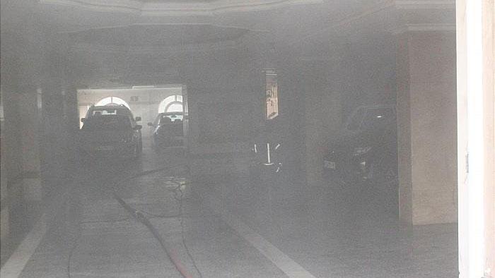 مهار آتش سوزی خودرو در پارکینگ ساختمان پنج طبقه مسکونی