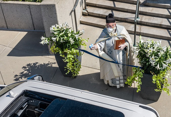 عکس اقدام یک کشیش برای فاصله گذاری اجتماعی (2)