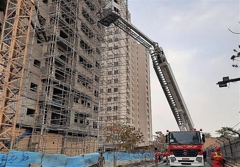تلاش برای نجات کارگز از ساختمان
