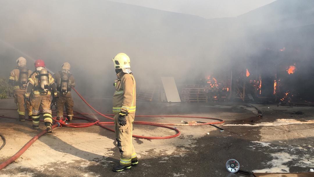 آتش سوزی  گسترده در یک شهرک صنعتی در جاجرود