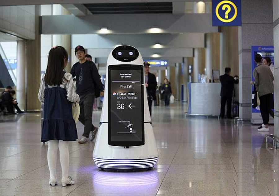 رباتی که در فرودگاه به استقبال مسافران می آید 