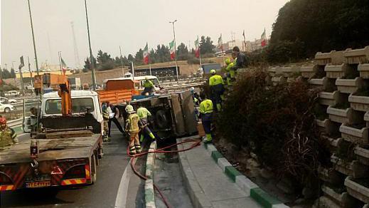 واژگونی وانت نیسان، راننده را راهی بیمارستان کرد