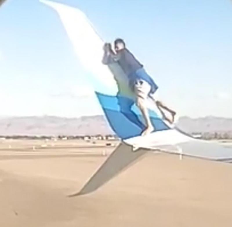 حرکت روی بال هواپیما (1)