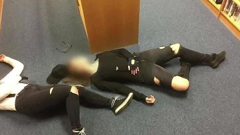 عکس خودکشی در کتابخانه