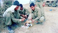 انتشار اولین عکس از سوزاندن وسایل قمار در جبهه ایران و عراق + عکس