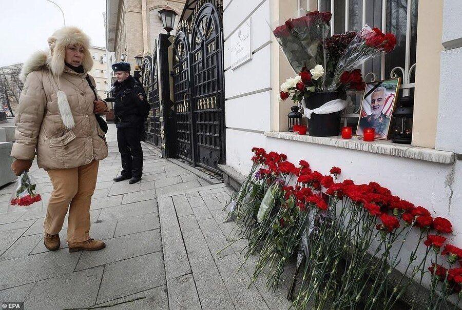 ادای احترام مردم روسیه به شهید سلیمانی با نثار گل و روشنکردن شمع مقابل سفارت ایران در مسکو