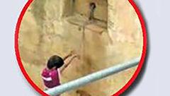 زندگی این نظافتچی زن و دختر اشک همه را در آورد  + عکس