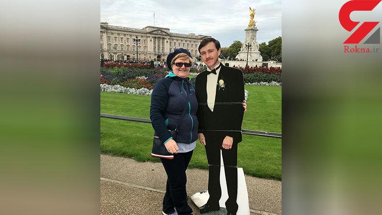 زن وفادار با عکس همسر فوت شده اش به دور دنیا سفر می کند !+ عکس