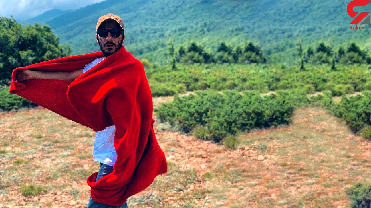 رقص نوید محمد زاده با شنل قرمز + عکس