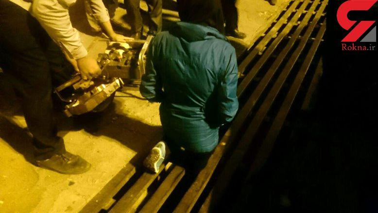 زن 28 ساله هنگامی که از روی پل فلزی رد می شد، گیرافتاد / در تبریز رخ داد + عکس