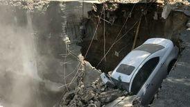 ریزش مرگبار ساختمانی در قلب تهران /ماشین لاکچری بلعیده شد + فیلم  وحشتناک
