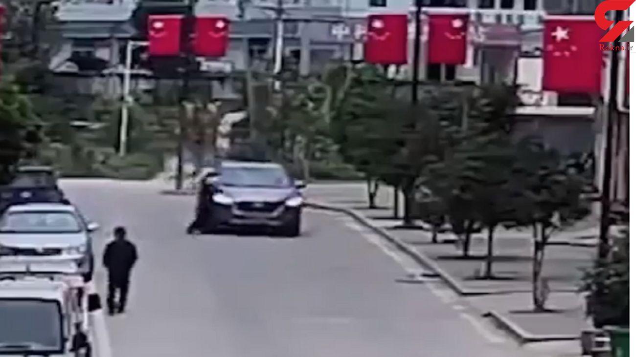 اتفاقی عجیب حین تصادف خودرو با مادر و فرزند + فیلم