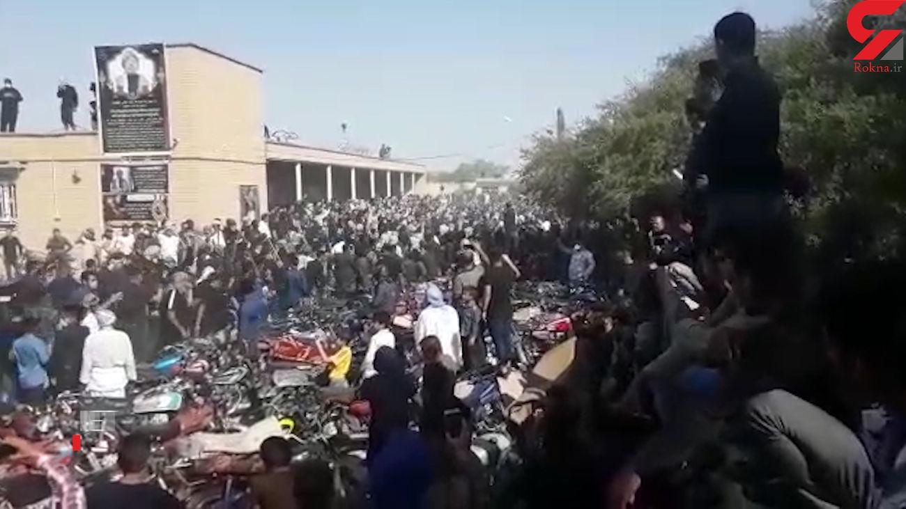 فیلم لحظه تیراندازی های وحشت آور در تشییع شیخ معروف در شادگان + عکس