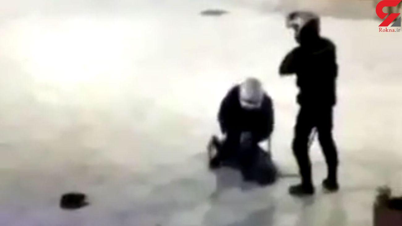 ضرب و شتم وحشیانه یک دختر توسط پلیس / او از قرنطینه کرونا خارج شده بود + فیلم