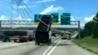 تصادف راننده کامیون احمق با تابلو های بزرگراه + فیلم