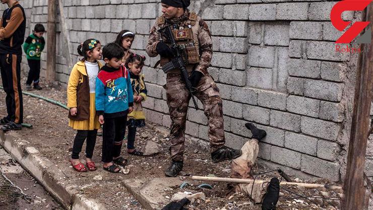 عکسی وحشتناک از جسد یک داعشی در موصل/ این جسد جاذبه ای هولناک برای کودکان عراقی شد (16+)