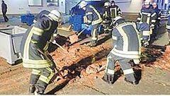 کامیون حامل شکلات واژگون شد / خیابان غرق در شکلات+عکس