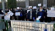 تجمع کارکنان دانشگاه آزاد مقابل مجلس /  خواهان همسانسازی حقوق  با دانشگاه دولتی  + عکس