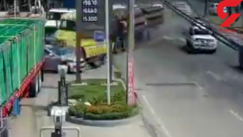 تریلی بدون ترمز وارد پمپ بنزین شد و...+ فیلم