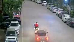 تصادف شاخ به شاخ موتورسیکلت با یک خودرو + فیلم