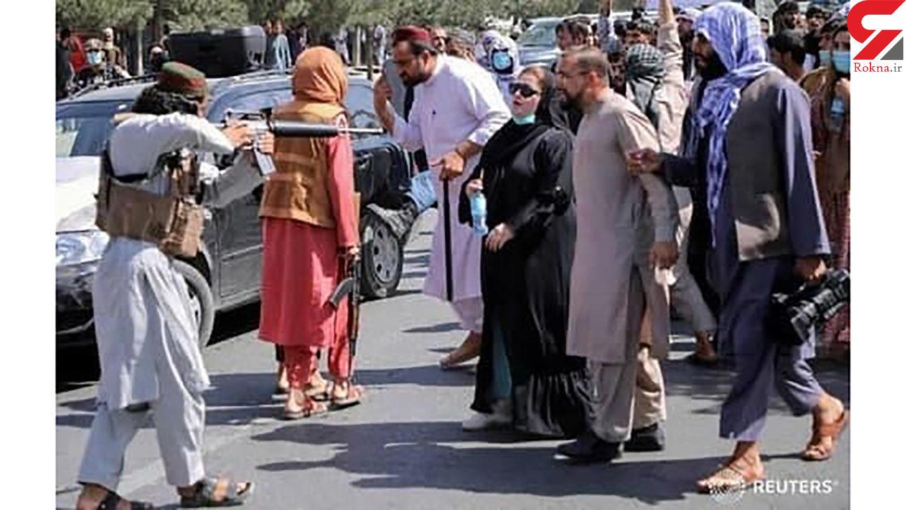 فیلم حمله طالبان با چوب دستی به تظاهرات زنان در کابل ! + عکس تکاندهنده