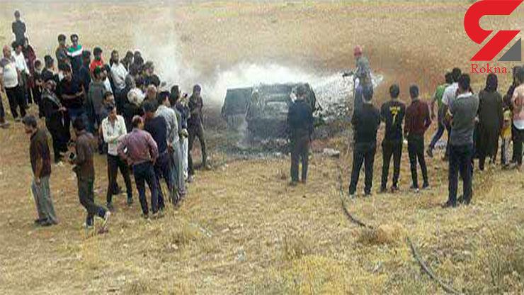 عکس هولناک /  2 تن داخل پژو در جاده اصفهان زنده زنده سوختند / باد شدید آتش را شعله ور کرد