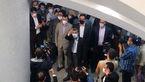 فیلم بالا رفتن احمدی نژاد از نرده ها برای گفت وگو با طرفداران