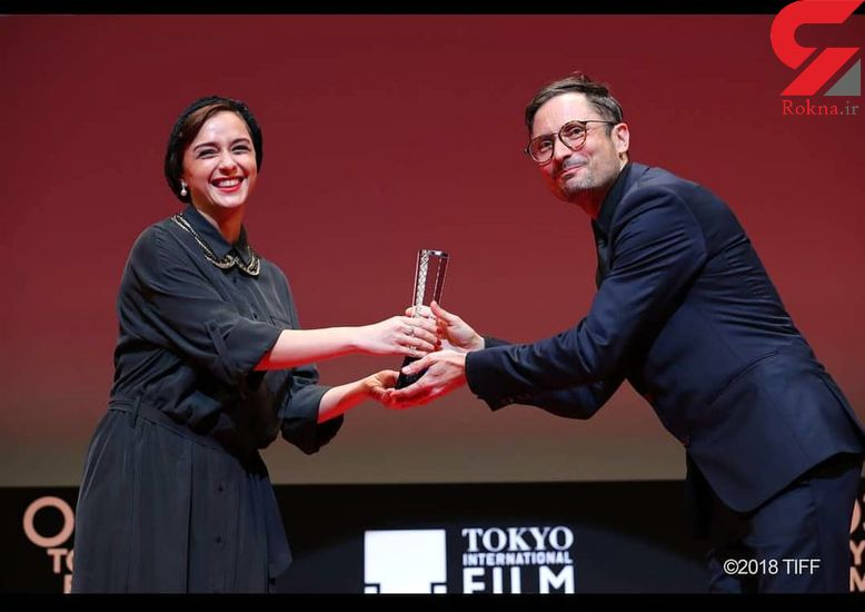 پوشش جالب ترانه علیدوستی در زمان اهدای جایزه بهترین بازیگر مرد جشنواره توکیو + عکس