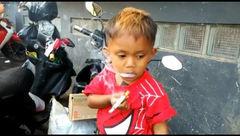 کودک 2 ساله روز 2 پاکت سیگار می کشد+عکس