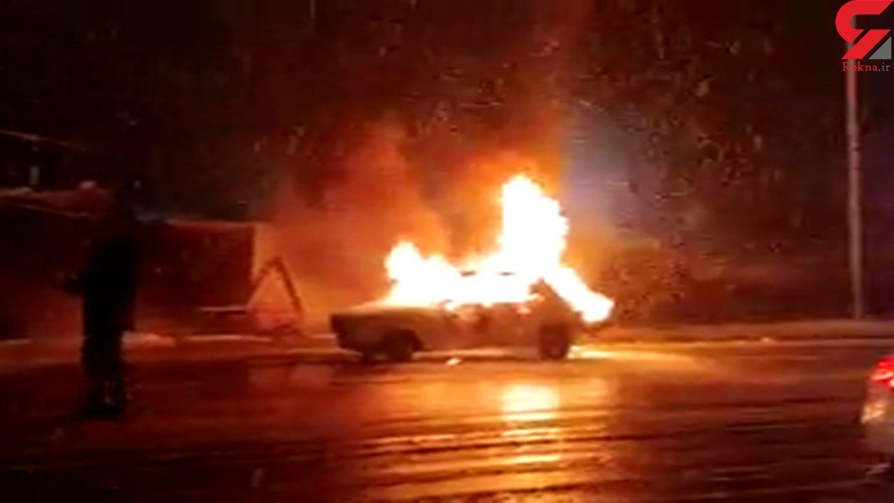 فیلم آتش سوزی پیکان در رشت / خودرو جزغاله شد