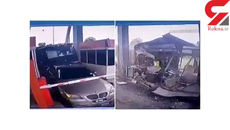 تصادف شدید کامیون با خودروی لاکچری در عوارضی+عکس / مالزی