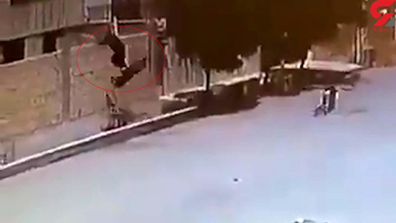 عجیب ترین تصادف در همدان / مرد جوان به خانه مردم پرواز کرد + فیلم باورنکردنی
