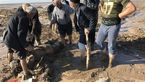عکسی از  جسد قربانی سیل آذرشهر در بین گل و لای