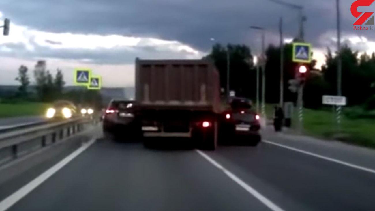 تصمیم جنون آمیز راننده کامیون در یک خیابان + فیلم