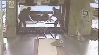 لحظه وحشتناک له شدن یک کارگر زیر دستگاه پرس را ببینید + فیلم تکاندهنده