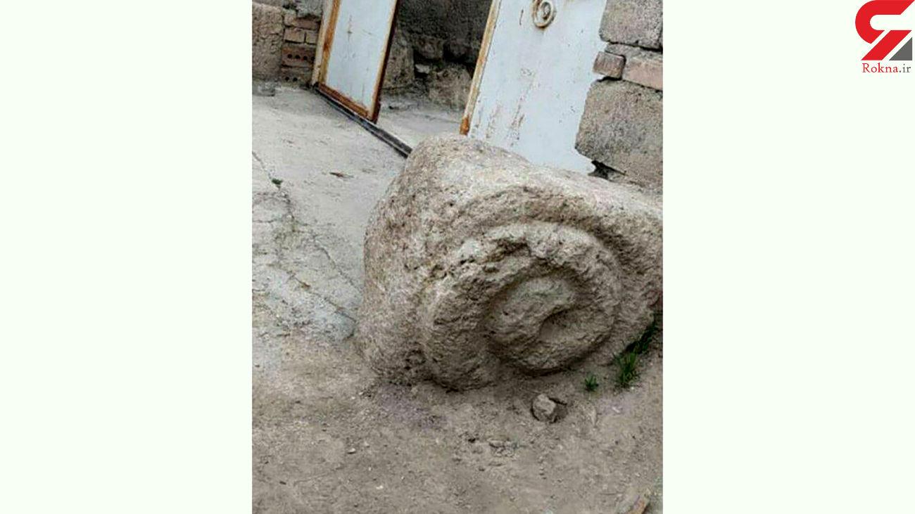 کشف قوچ و شیر سنگی جلوی در خانه / در آذربایجان غربی