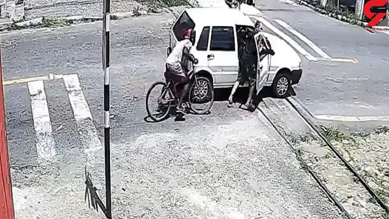 خاموش شدن خودروی راننده بدشانس روی ریل قطار! + فیلم