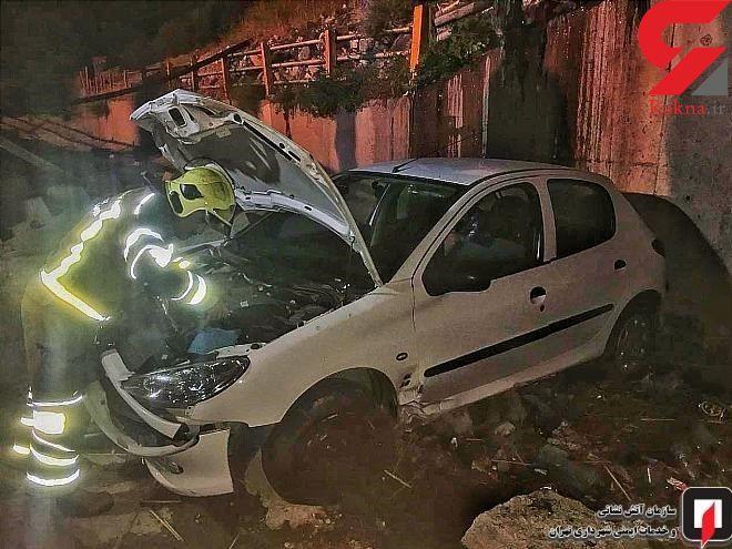 سقوط حادثه ساز پژو 206 به کانال آب در سعادت آباد + عکس