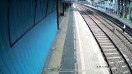 فیلم نجات در آخرین ثانیه های زیر قطار مردن یک مرد / ریسک به خاطر یک لنگه کفش / هند