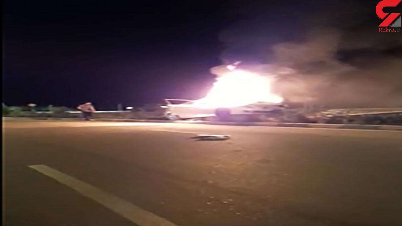 فیلم وحشتناک از آتش گرفتن خودرو پس از تصادف با تیربرق / در کیش رخ داد + فیلم