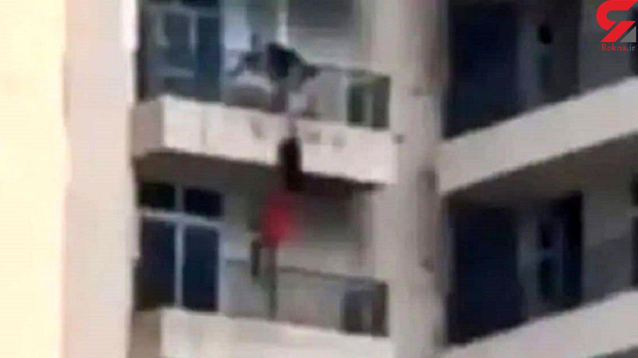 فیلم سقوط دردناک یک زن از طبقه نهم / او با شوهرش درگیر شد